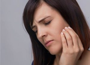 symptoms of lock jaw